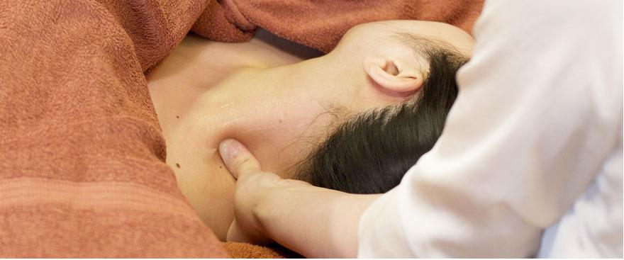 欠盆(けつぼん)と言われる最も身体に重要なツボの部分を刺激